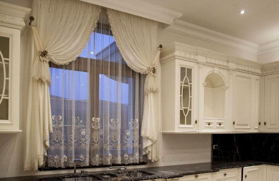 фото французских окон с гардинами на кухне можете