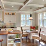 Фото 25: Интерьер кухни с окнами