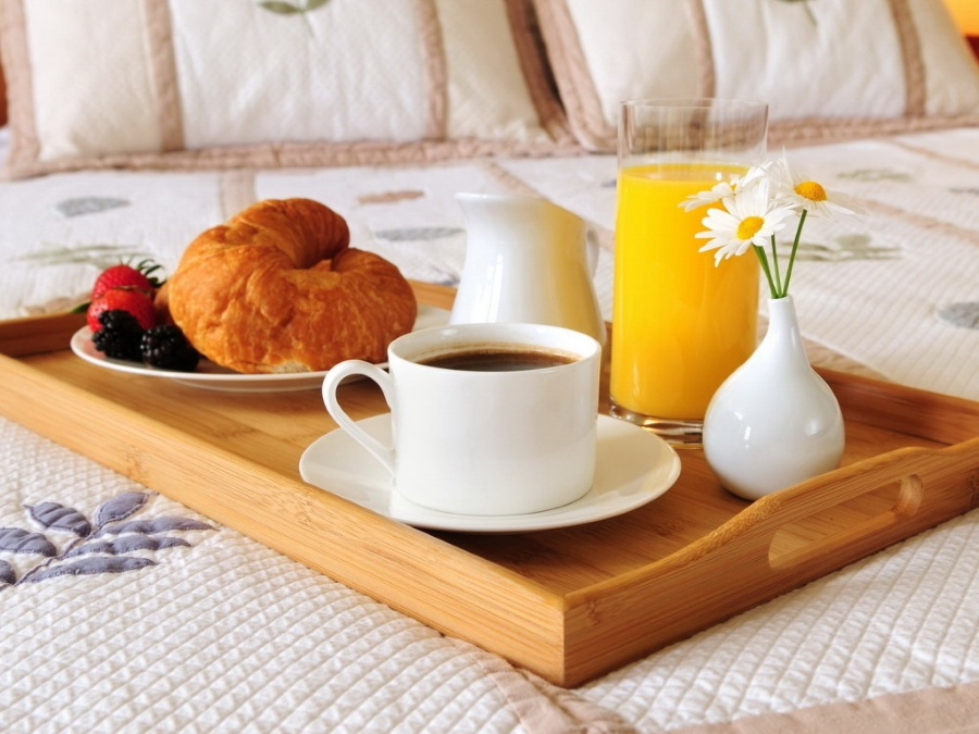 Завтрак в постель девушке на 8 марта