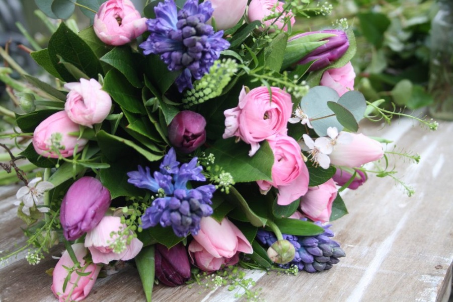 Свежий весенний букет с гиацинтами на 8 марта
