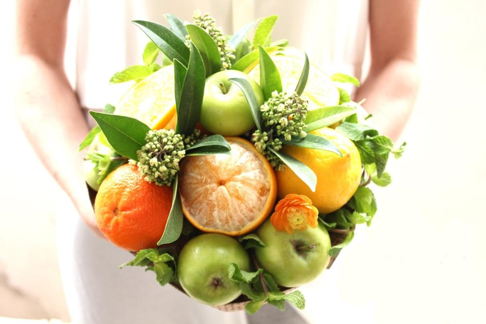 Букет из фруктов на 8 марта в подарок