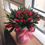 Фото 105: Красивый букет красных тюльпанов в коробке на 8 марта