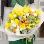 Фото 92: Букет цветов с мимозой в теплых оттенках