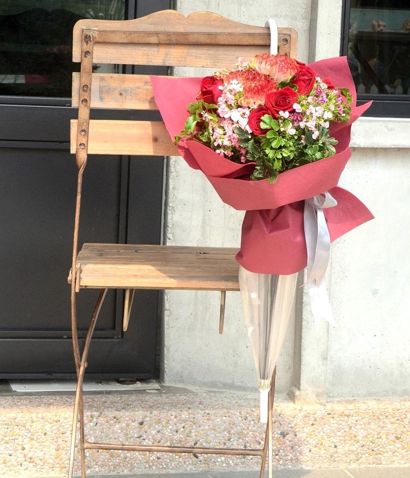 Оригинальный букет в зонтике на 8 марта