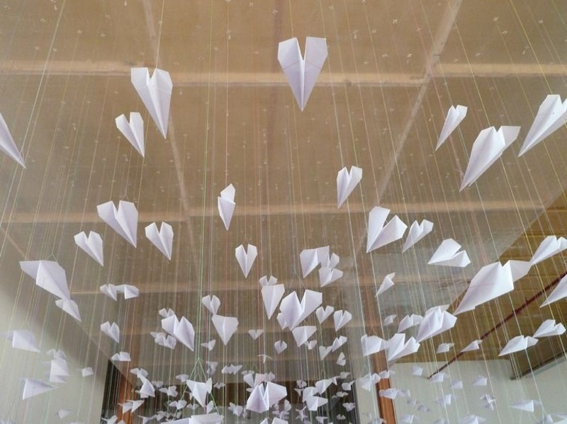 Украшение потолка бумажными самолетиками на 23 февраля