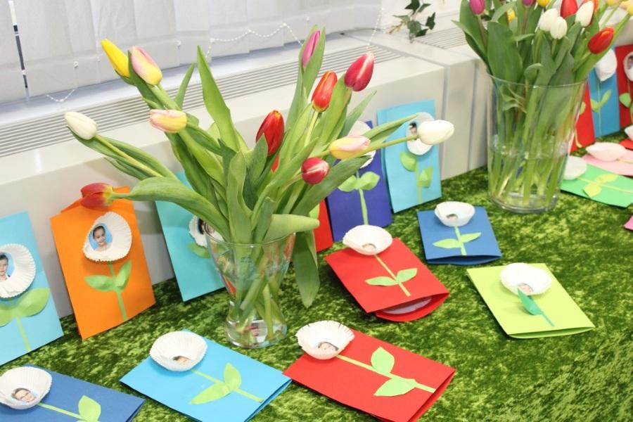 Подготовить цветы и открытки девочкам на 8 марта своими руками