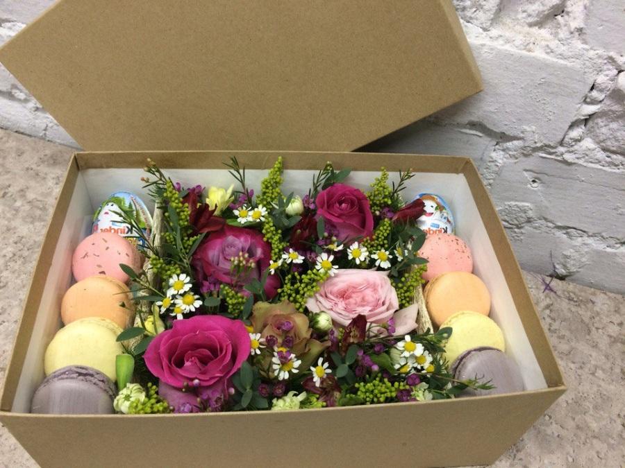 Подарочный набор цветы и сладости в коробке на 8 марта