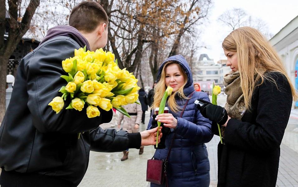 Флешмоб цветы женщинам на улице на 8 марта