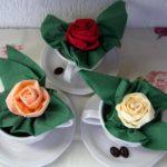 Фото 126: Розы из салфеток в чашке для сервировки