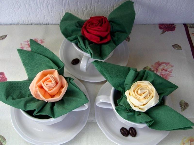 Розы из салфеток в чашке для сервировки