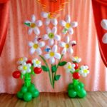 Фото 64: Декор сцены цветами и шариками на 8 марта