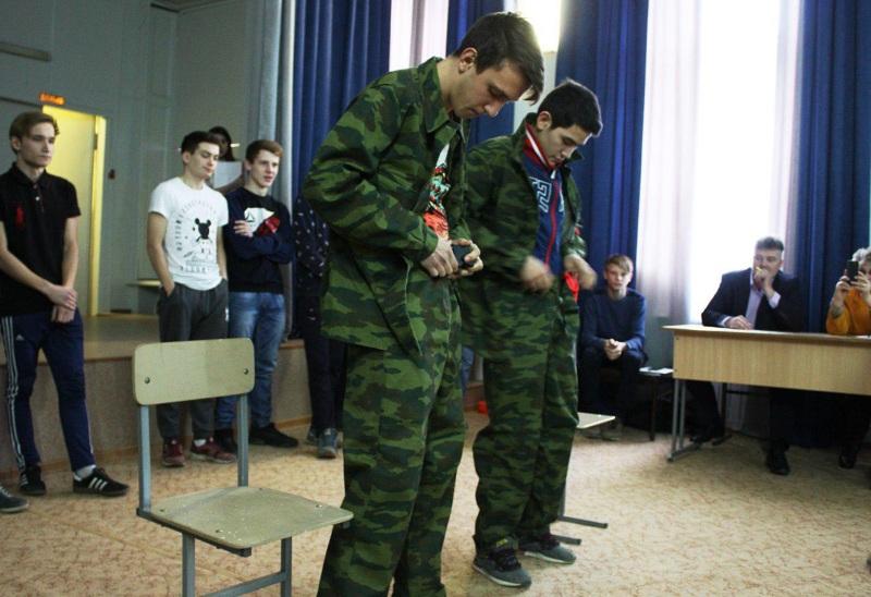 Конкурс одевание военной формы на скорость