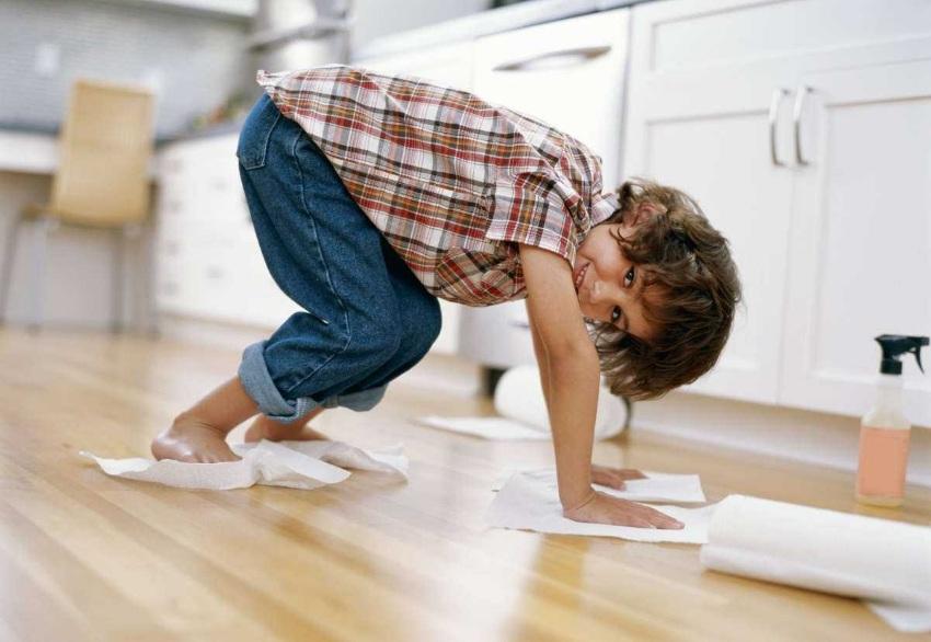 Мальчик помогает маме по уборке