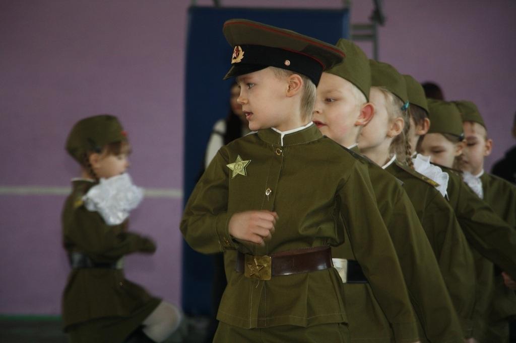 Детский военный марш в школе на 23 февраля