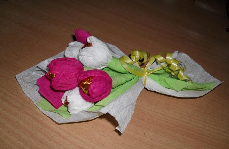 Подарок букет тюльпанов из конфет своими руками на 8 марта