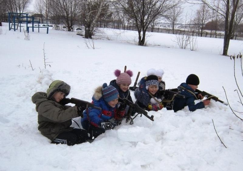 Игра в окопах в снегу с детьми