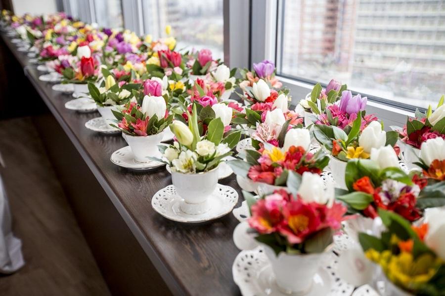 Подарить оригинальные букеты в красивых чашках на 8 марта