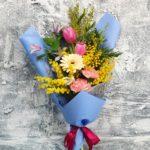 Фото 94: Букет из мимозы тюльпанов и гербер на 8 марта