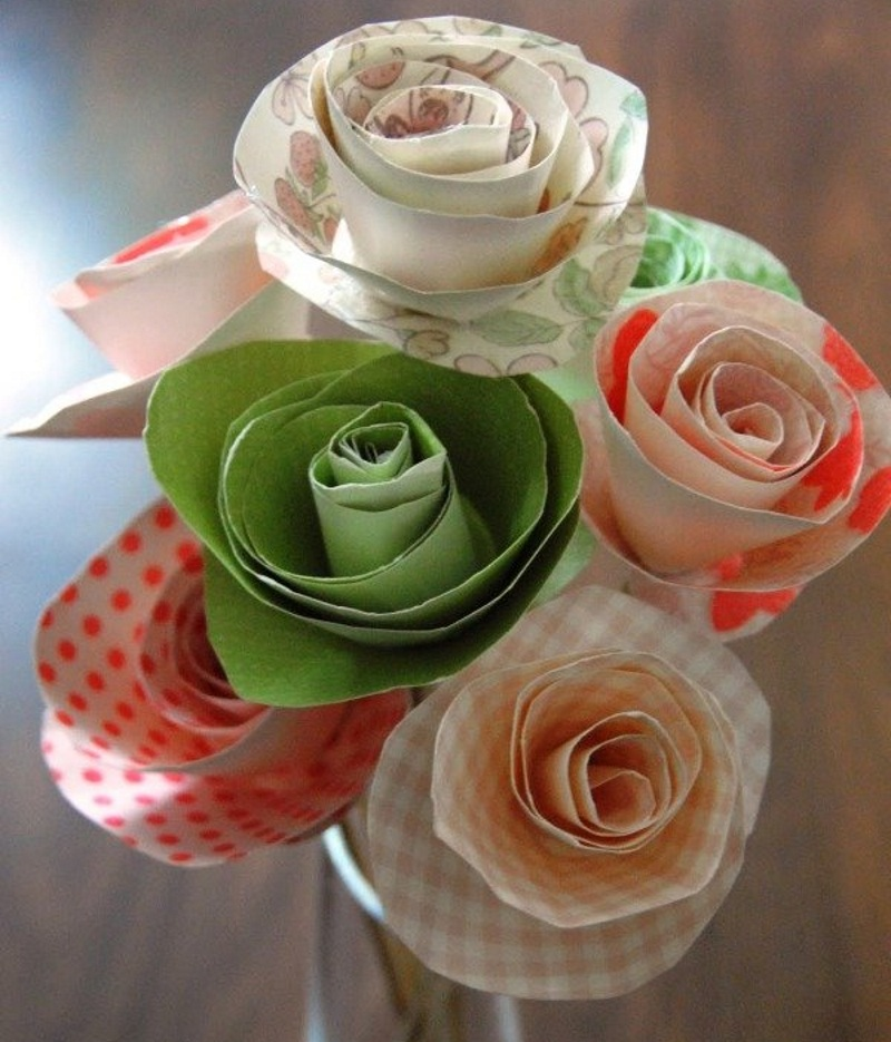 Розы из цветной бумаги на 8 марта своими руками