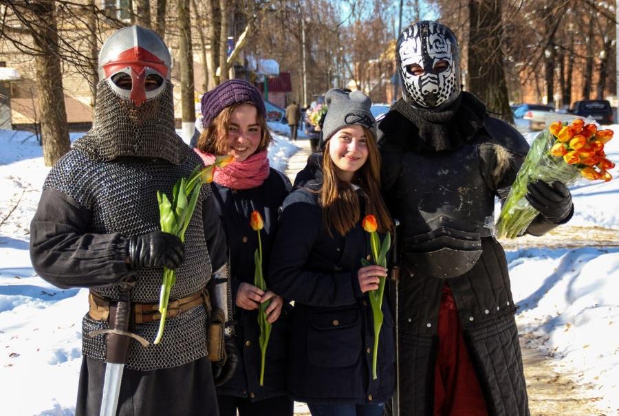 Поздравление от рыцарей на 8 марта цветами