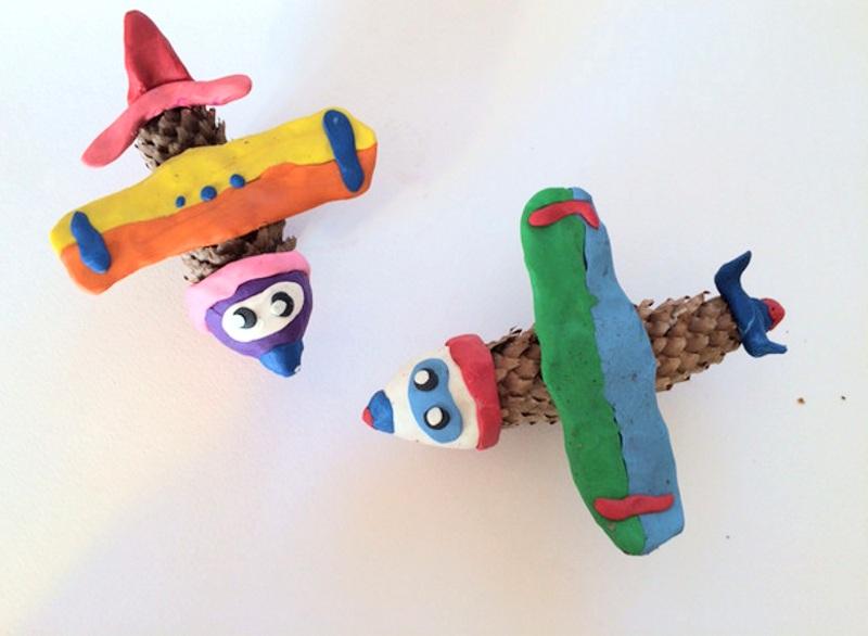 Поделки самолетики из шишек и пластилина на 23 февраля для детей своими руками