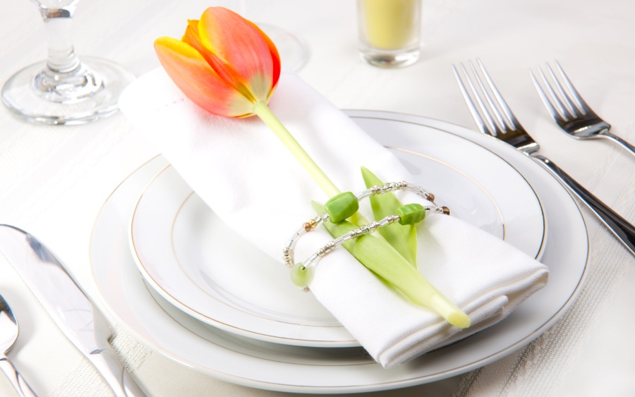 Сервировка стола живыми цветами на 8 марта