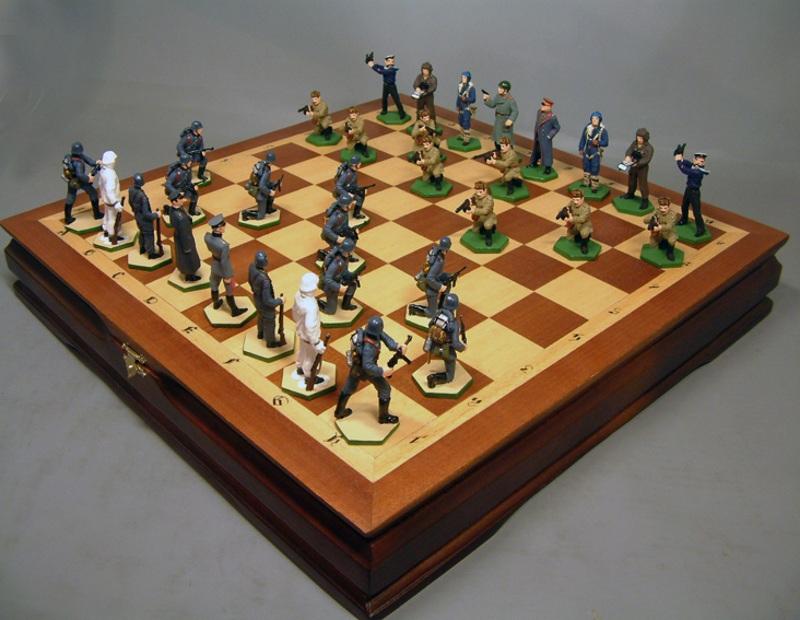 Шахматы с фигурами солдат в подарок на 23 февраля