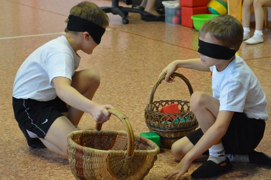 Конкурс собирание грибов с завязанными глазами на День Защитника Отечества