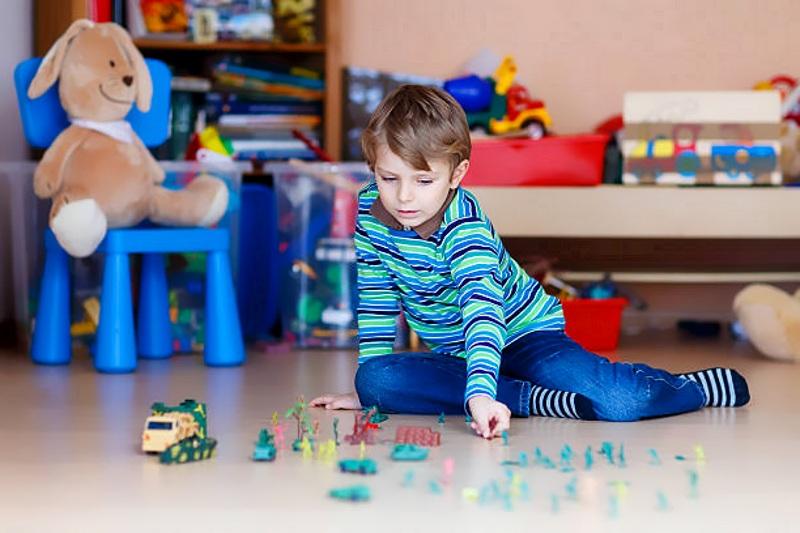 Ребенок играет в солдатики
