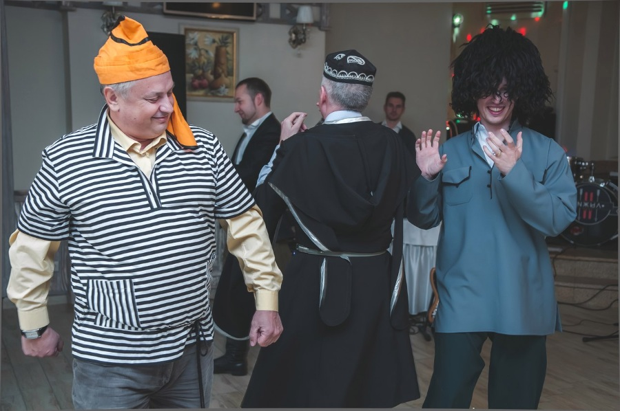Сценка трус, балбес и бывалый танцуют твист на 8 марта на корпоратив