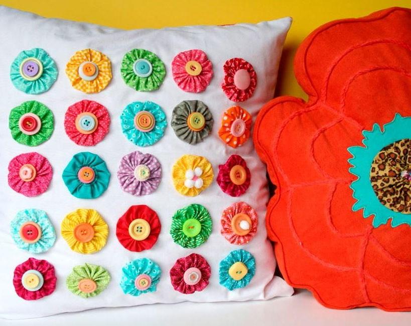 Декор подушки цветами из лент и пуговицами на 8 марта