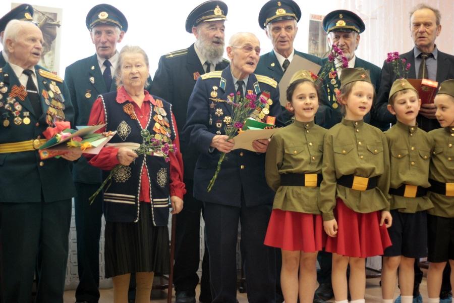 Пригласить ветеранов на День Защитника Отечества в школу и детский сад
