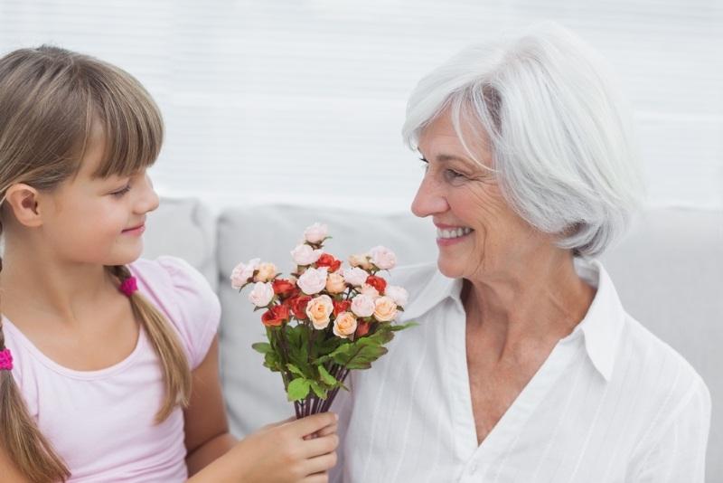 Подарить цветы бабушке на 8 марта
