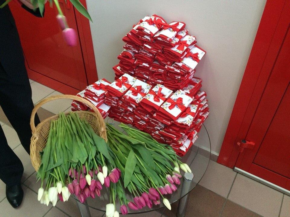 Цветы и подарки на 8 марта для девочек