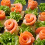 Фото 23: Канапе розочки с семгой, сыром и салатом