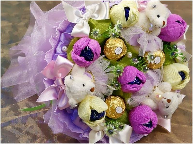 букет из конфет и мягких игрушек на 8 марта