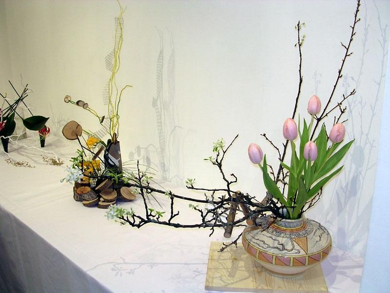 Икебана с весенними цветами на 8 Марта