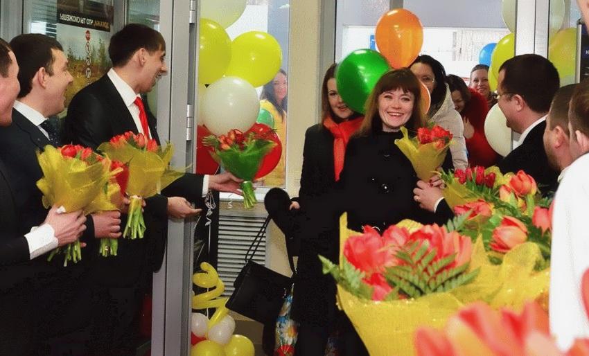 Встреча женщин коллег цветами на 8 марта