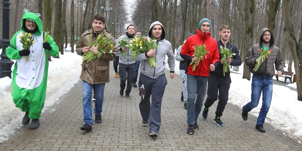 Мужчины спешат поздравить женщин с 8 марта