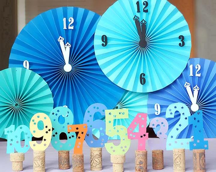 Имитация часов из бумаги и пробок