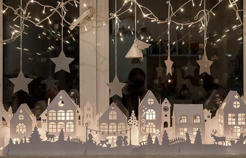 Новогодний декор окна бумажными домиками