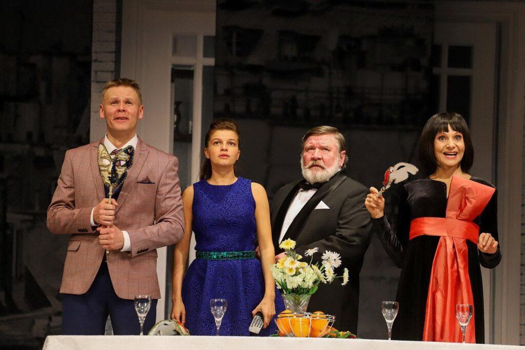 Людмила Артемьева на сцене театра (справа)