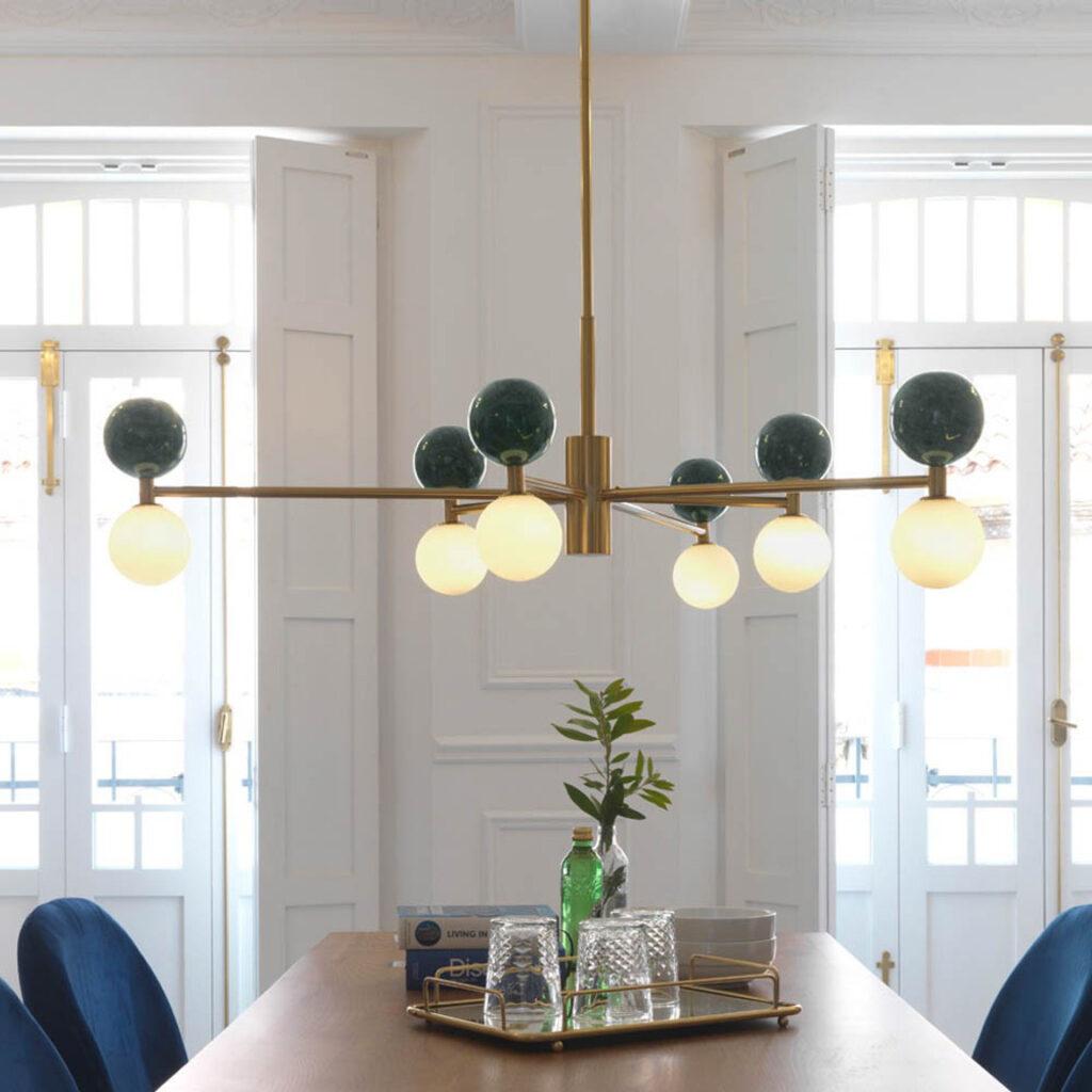 Светильник Dalt Aromas с золотой рамой и мраморными элементами делает пространство легким и воздушным