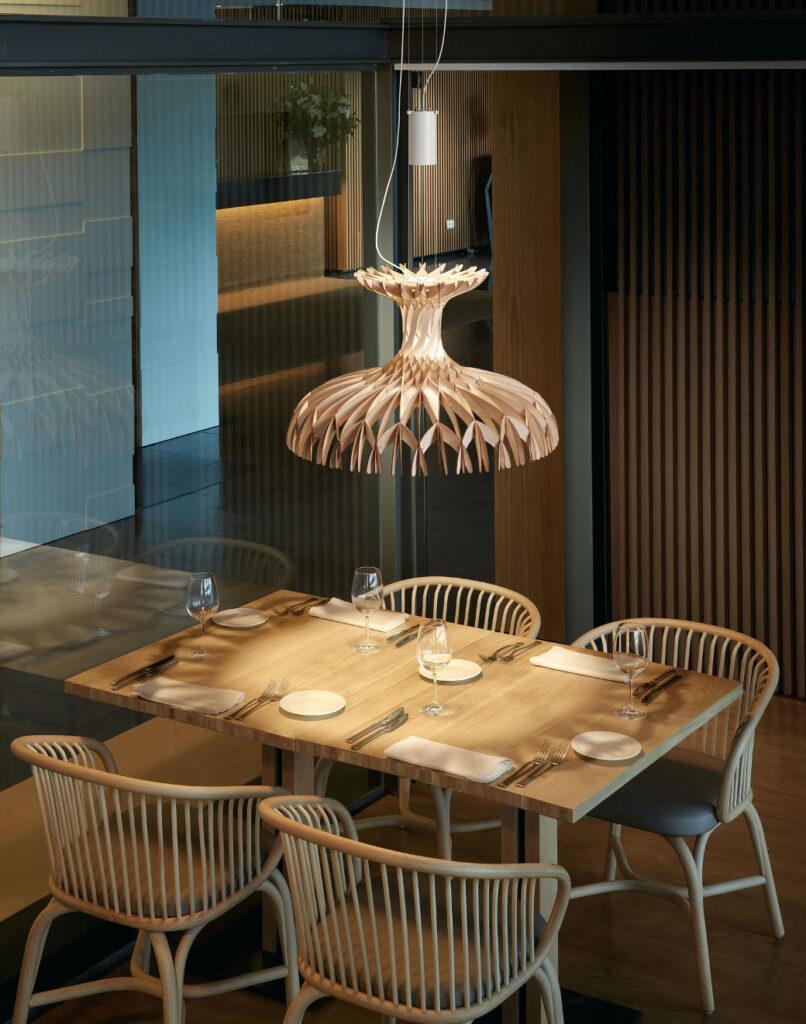 Люстра Dome 60 напоминает воздушную скульптуру. Игра света и натуральные материалы напоминают о природной красоте и одновременной простоте