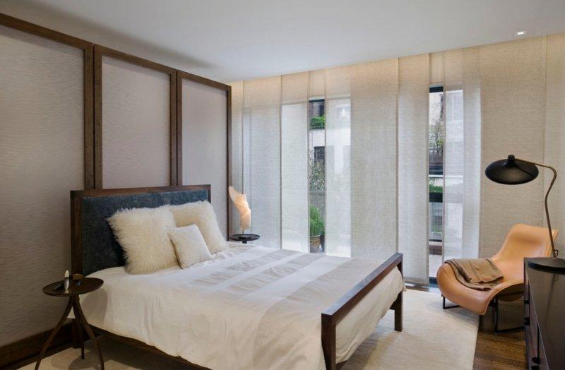 Минималистичные японские шторы в спальне