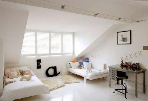 Расположение кровати в мансардной спальне
