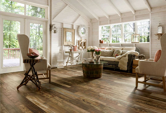 interior-country-style-living-room-with-cream-canvas-sofa-and-reclaimed-wood-look-laminate-flooring-interior-laminate-flooring-vs-hardwood-flooring.jpg(ф)
