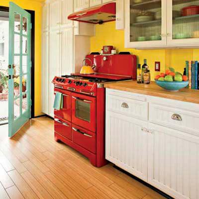 Яркая кухня в стиле коттедж