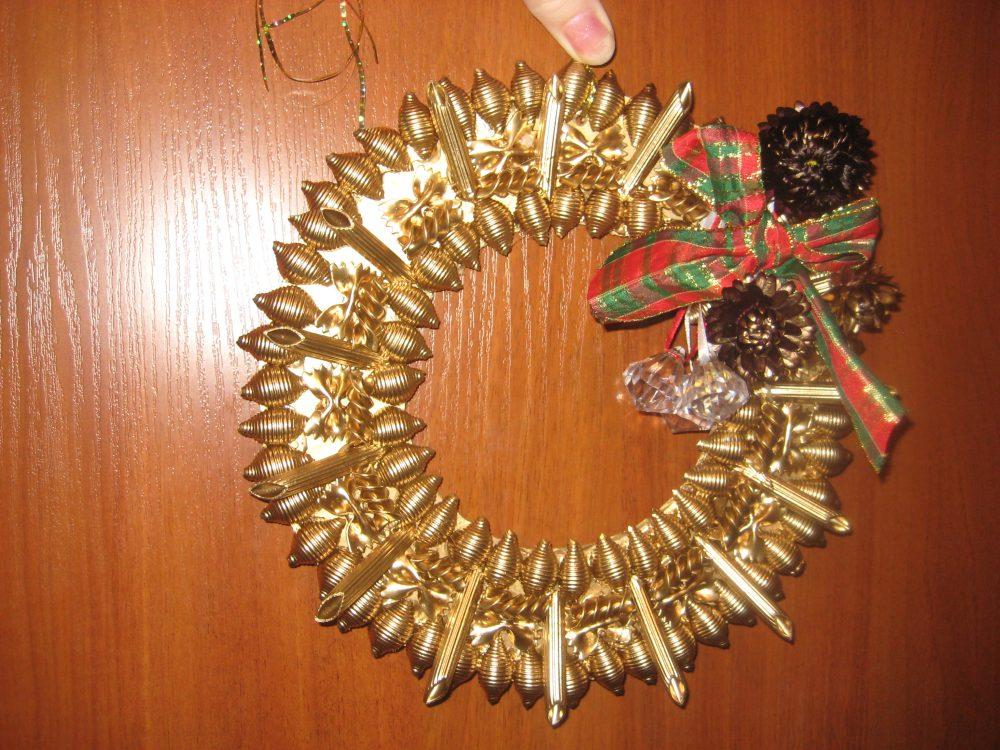 Венки новогодние своими руками из макарон 61