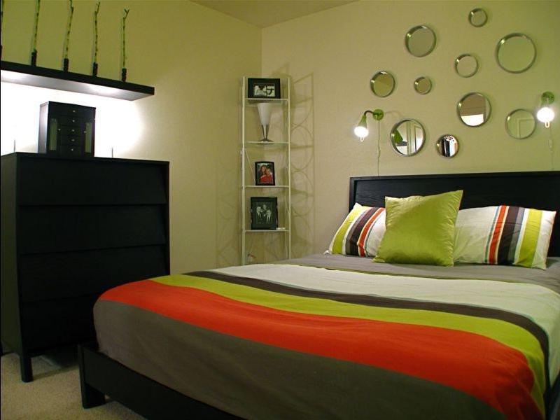 зеленая спальня с красным